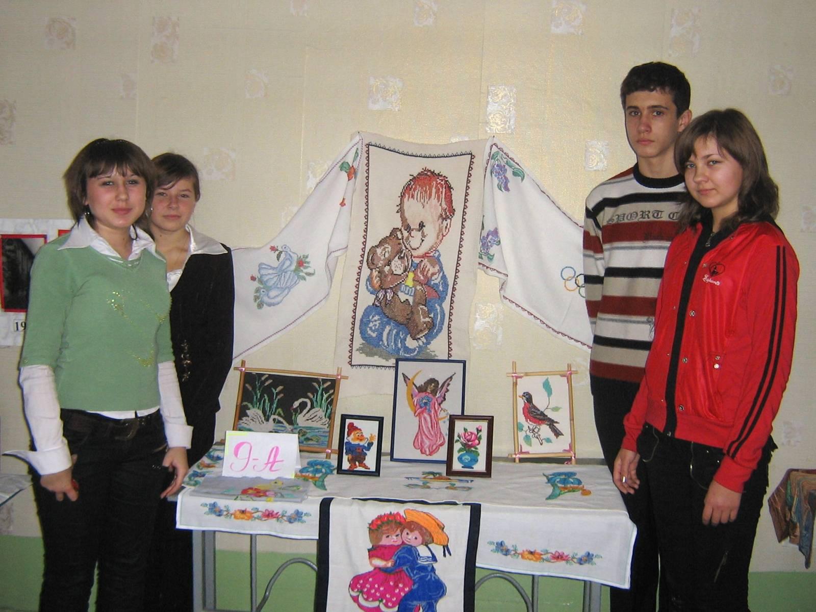 Виставка вишиванок в Білокуракинській ЗОШ№1